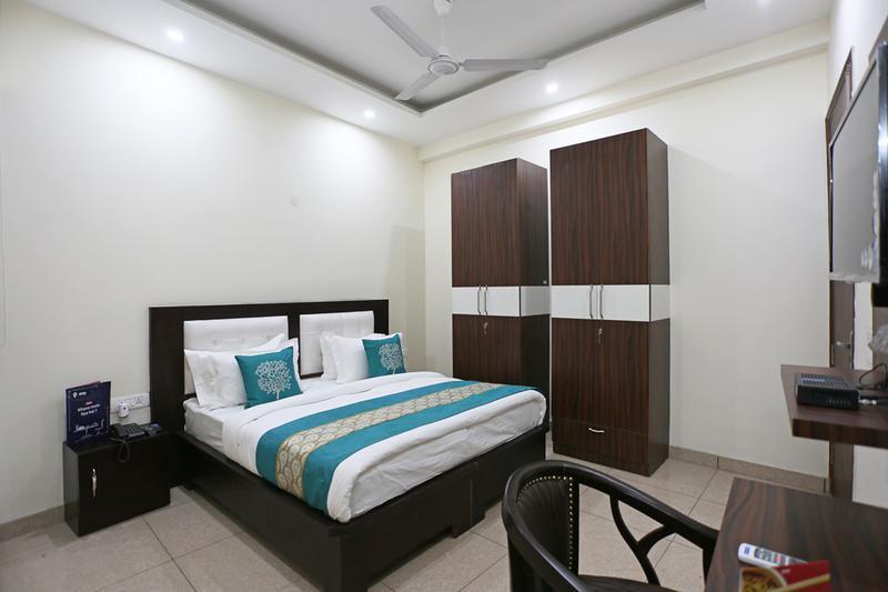 Hotel Petals Inn (Sector 66), Noida